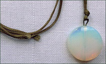 Halsband med månsten från Mongoliet